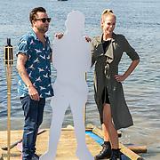 NLD/Maurik/20170904 - Deelnemers Expeditie Robinson 2017, Nicolette Klijver met Lil' Kleine op een bord en Dennis Weening