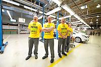 """04 MAY 2009, EISENACH/GERMANY:<br /> Mitarbeiter mit T-Shirts """"Wir sind Opel"""" im Opel Werk Eisenach waehrend einem Besuch von F rank- W alter S teinmeier, Opel Eisenach GmbH<br /> IMAGE: 20090504-01-027<br /> KEYWORDS: Auto, KFZ, Wagen, Arbeiter, Worker"""