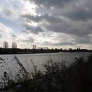 NLD/Huizen/20051105 - Donkere wolken boven de haven van Huizen en de kalkovens, slecht weer, wolken, donker, kade, water, kanaal, onweer, klimaatverandering,