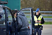 Nederland, Eijsden, 12-2-2016Grenscontrole door de marechaussee op de A2 tegen illegalen en mensensmokkelaars. (afgebeelde mensen hebben geen bezwaar gemaakt). Mensensmokkel via Belgie.The Netherlands, Nederland,Extra border securiyy on the N325 higway by the Military Police at the border with Belgium. Foto: Flip Franssen / Hollandse HoogteFoto: Flip Franssen