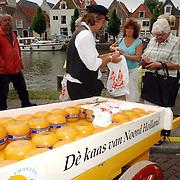 NLD/Weesp/20050702 -Herengracht Weesp, ouderwetse Edammer kaasmarkt, kaaskar, verkoop