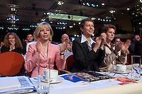 21 MAR 2004, BERLIN/GERMANY:<br /> Doris Schroeder-Koepf (L), Ehefrau des Bundeskanzlers, und Ankepetra Muentefering (R), Ehefrau des neuen SPD Parteivorsitzenden, applaudieren nahc der Rede von G erhard Schroeder, außerordentlicher SPD-Bundesparteitag, Estrel Convention Center<br /> IMAGE: 20040321-01-063<br /> KEYWORDS: Parteitag, party congress, Doris Schröder-Köpf, Ankepetra Müntefering, Kanzlergattin, Frau