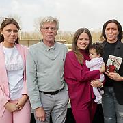 NLD/Amsterdam/20190330 - Boekpresentatie Oud keeper Jan Jongbloed, Jan met dochter Nicole Jongbloed, kleinkinderen en kleinkind