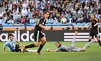 Fotball<br /> VM 2010<br /> Tyskland v Argentina<br /> 03.07.2010<br /> Foto: Witters/Digitalsport<br /> NORWAY ONLY<br /> <br /> 0:2 Tor Miroslav Klose (Deutschland), Torwart Sergio Romero, links Nicolas Burdisso<br /> Fussball WM 2010 in Suedafrika, Viertelfinale Argentinien - Deutschland
