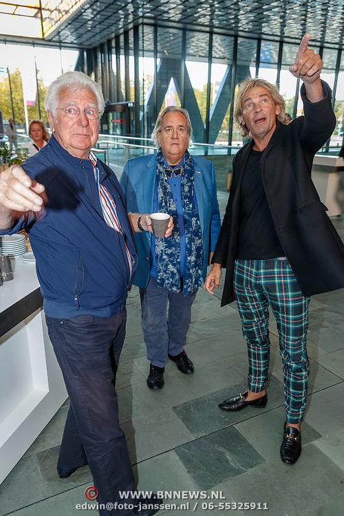 NLD/Hilversum/20181003 - Onthulling Mies Bouwman Totempaal, Matthijs van Nieuwkerk,, Han Peekel en Gerard Cox