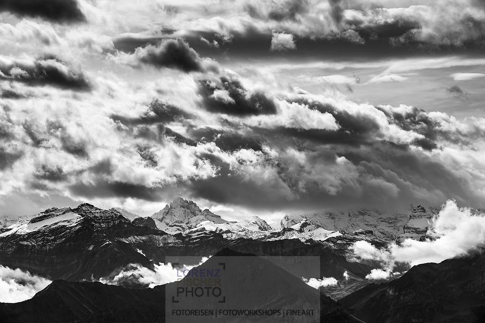 Blick vom Niederhorn auf das Gspaltenhorn in Wolken und Nebel; Interlaken, Bern, Schweiz<br /> <br /> View from the Niederhorn to the Gspaltenhorn in clouds and fog; Interlaken, Bern, Switzerland