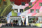 Koningin Maxima opent Markthal Rotterdam, de eerste overdekte versmarkthal in Nederland geïnspireerd op versmarkten elders in Europa.<br /> <br /> Queen Maxima opens in Rotterdam The Market Hall, the first covered market hall  in the Netherland inspired on other markets elsewhere in Europe.<br /> <br /> op de foto / On the photo:  Koningin Maxima verricht de openingshandeling door een pompoen op de weegschaal te leggen.<br /> <br /> Queen Maxima host the opening ceremony by placing a pumpkin on the scale