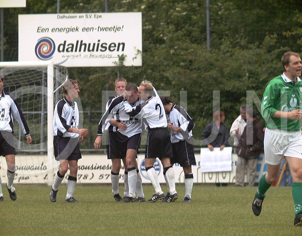 Fotografie Frank Uijlenbroek©2001/Frank Brinkman.0100604 epe ned.voetbal atc65 tegen heino .nr 10 mat groenman word gefeliciteerd met zijn doelpunt.fu010604_2voetbal_epe