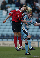 Fotball<br /> FA Cup England 2004/2005<br /> 3. runde<br /> 08.01.2005<br /> Foto: SBI/Digitalsport<br /> NORWAY ONLY<br /> <br /> Coventry City v Crewe Alexandra<br /> <br /> Crewe's Luke Varney (L) battles for the ball with Steve Staunton