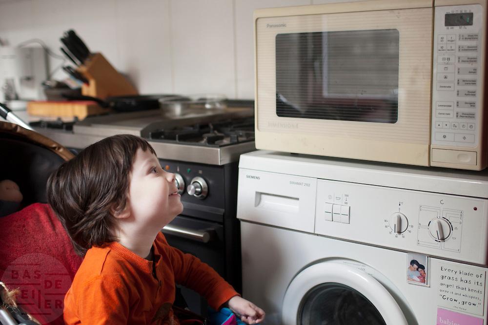 De magnetron heeft een grote aantrekkingskracht.<br /> <br /> He loves to watch the microwave.