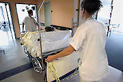 Nederland, Nijmegen, 5-10-2003Verpleegsters rijden patient in bed naar patientenkamer, zaal.  personeelstekort, bezuinigingenFoto: Flip Franssen