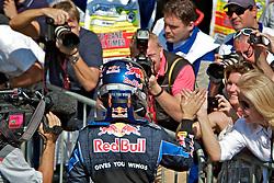 O piloto alemão de Fórmula 1 Sebastian Vettel comprimenta a torcida  após vencer o Grande Prêmio Brasil em Interlagos, São Paulo em 7 de novembro de 2010. O resultado levou a Red Bull a ser campeão de construtores pela primeira vez. FOTO: Jefferson Bernardes/Preview.com