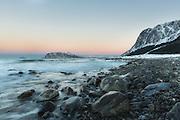 The beach at Flø, Norway heads stright to the ocean. This is a place you usually finds the big waves. Here with long exposure, and a soft look | Stranden på Flø peiker rett ut mot havet. Dette er et sted der du finner de store bølgene. Her med lang eksponering og et mykere uttrykk. Godøya i bakgrunnen.