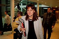17 JAN 2000, BERLIN/GERMANY:<br /> Edelgard Bulmahn, SPD, Bundesbildungsministerin, mit Unterlagen auf dem Weg zu einer Pressekonferenz zum Thema Bildungsinitiative, Willy-Brandt-Haus<br /> IMAGE: 20000117-01/01-03