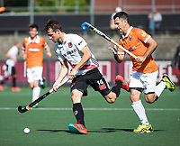 AMSTELVEEN  - Hockey -  1e wedstrijd halve finale Play Offs dames.  Amsterdam-Bloemendaal (5-5), Bl'daal wint na shoot outs.  Nicki Leijs (A'dam) met Jamie Dwyer (Bldaal).   COPYRIGHT KOEN SUYK