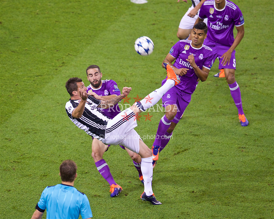 CARDIFF, WALES - Saturday, June 3, 2017: Juventus' Mario Mandžukić scores the first equalising goal during the UEFA Champions League Final between Juventus FC and Real Madrid CF at the Stadium of Wales. (Pic by David Rawcliffe/Propaganda)