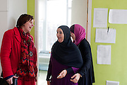 Ruth Peetoom ontmoet tijdens haar campagne als kandidaat-voorzitter van het CDA Fatima Sabbah (midden), oprichter en voorzitter van de Amsterdamse culturele organisatie Nisa for Nisa (vrouwen voor vrouwen). Peetoom informeert bij Sabbah over de problemen die de organisatie heeft bij het bereiken van de doelstellingen; het uit het isolement halen van islamitische vrouwen, voornamelijk Marokkaanse vrouwen.