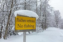 """THEMENBILD - ein Schild """"Fischen verboten"""" mit Schnee bedeckt, aufgenommen am 03. Februar 2018, Kaprun, Österreich // a sign """"no fishing"""" covered with snow on 2018/02/03, Kaprun, Austria. EXPA Pictures © 2018, PhotoCredit: EXPA/ Stefanie Oberhauser"""