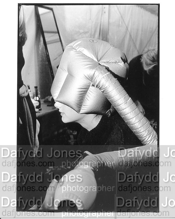 Honor Fraser having her hair done. Backstage, Julian Macdonald fashion show. 30 September 1997. © Copyright Photograph by Dafydd Jones 66 Stockwell Park Rd. London SW9 0DA Tel 020 7733 0108 www.dafjones.com