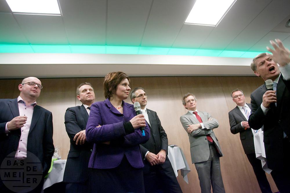 Martijn Vroom, Ton Roerig, Ruth Peetoom, Ronald Zoutendijk, Jan de Visser en Sjaak van der Tak (vlnr) praten met CDA leden. De zes kandidaten voor het voorzitterschap van het CDA presenteren zich aan de leden in een zaal in Eindhoven
