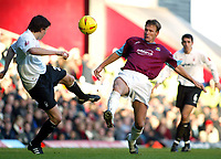 Fotball<br /> England 2004/2005<br /> Foto: SBI/Digitalsport<br /> NORWAY ONLY<br /> <br /> West Ham United v Nottingham Forest<br /> Coca Cola Championship. 26/12/2004<br /> <br /> Two goal hero Teddy Sheringham tries to win this ball from Gregor Robertson of Forest.