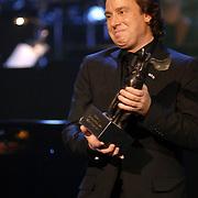 NLD/Utrecht/20060319 - Gala van het Nederlandse lied 2006, Marco Borsato met de Radio 2 Zendtijd prijs