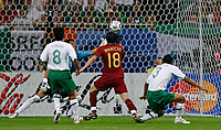 Photo: Glyn Thomas.<br />Portugal v Mexico. FIFA World Cup 2006. 21/06/2006.<br /> Portugal's Maniche (C) scores his side's first goal.