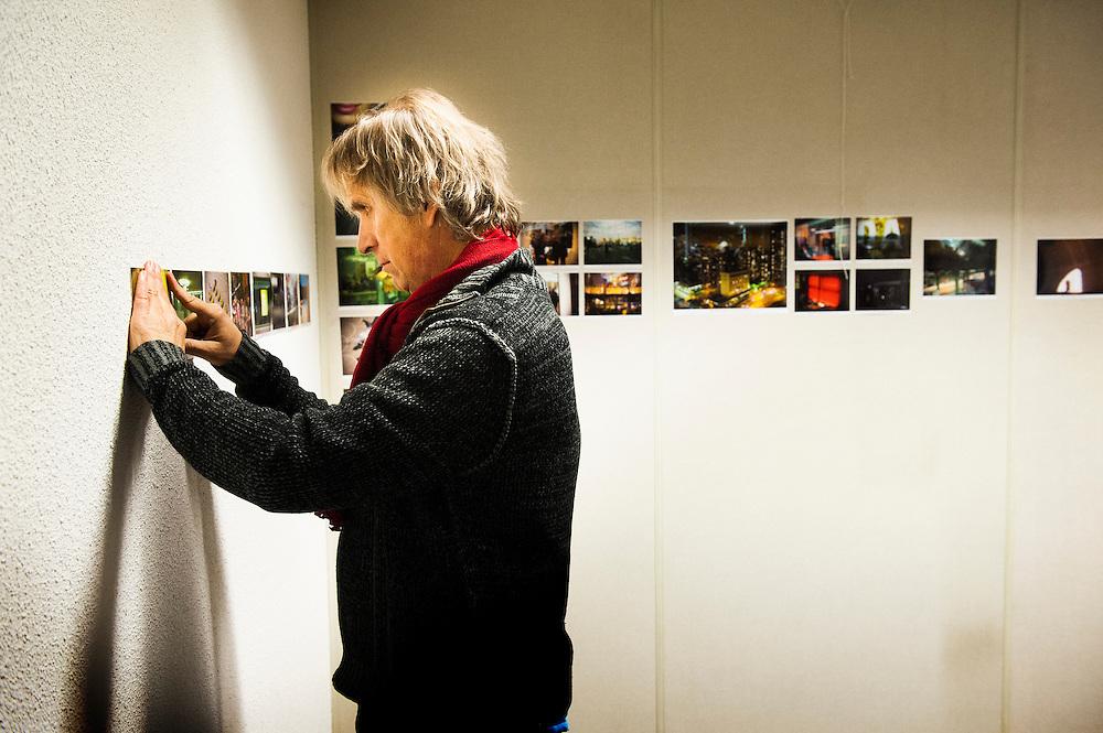 Nederland, Amersfoort, 14 dec  2012.Jaap Bijsterbosch richt zijn 1 dags tentoonstelling in de Lichtpen in.Foto(c): Michiel Wijnbergh
