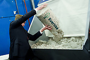 Koning Willem-Alexander verricht de opening van de circulaire isolatiefabriek EverUse. In de fabriek worden isolatiematten gemaakt van papierafval. Omdat bij het proces geen nieuwe grondstoffen worden gebruikt, wordt ook geen nieuw afval gecreeerd. <br /> <br /> King Willem-Alexander performed the opening of the circular insulation plant EverUse. In the factory, insulation mats are made from paper waste. Because no new raw materials are used in the process, no new waste is created.