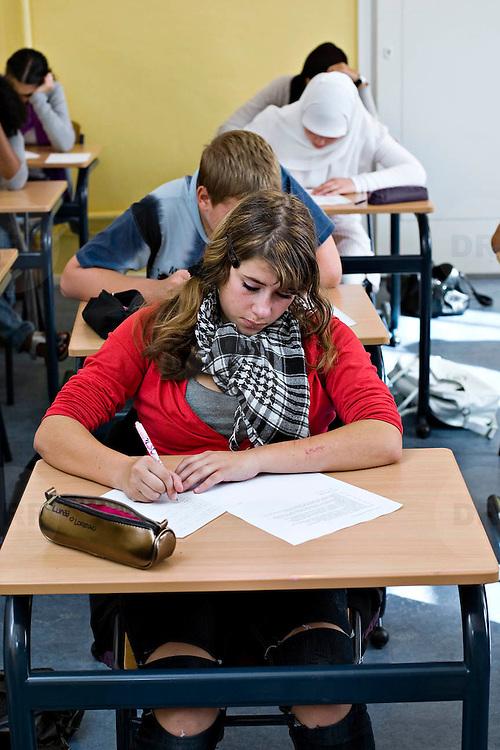Nederland Rotterdam 23-09-2009 20090923 Serie over onderwijs,  openbare scholengemeenschap voor mavo, havo en vwo.  Lesuur nederland, klassikaal een toets maken. Meisje maakt toets.                                      .Foto: David Rozing