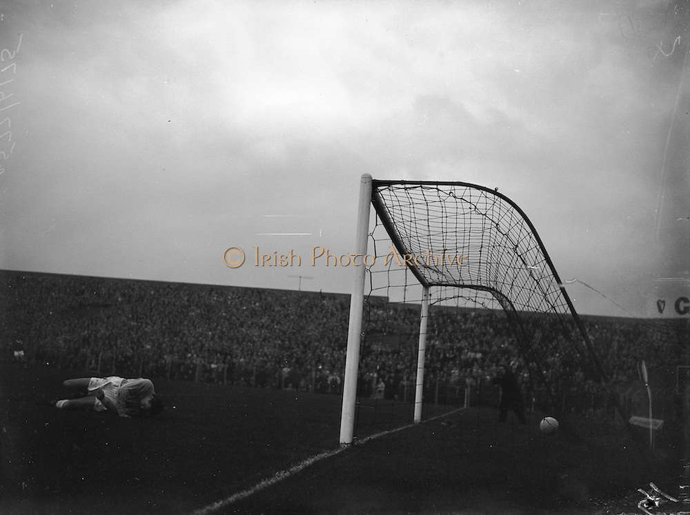 28/09/1960<br /> 09/28/1960<br /> 28 September 1960<br /> Soccer International: Ireland v Wales at Dalymount Park, Dublin. Wales won the game 3-2. The 1st Irish Goal in the net with Welsh Goalie Graham Vearncombe well beaten.