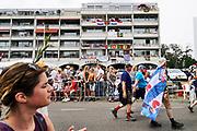 Nederland, Nijmegen, 19-7-2018Intocht van de wandelaars in Nijmegen op de vierde dag van de 103e 4Daagse . Het vierdaagselegioen loopt over de Via Gladiola Nijmegen binnen. Na een feestelijke intocht volgt de uiteindelijke finish en het ophalen van het kruisje, vierdaagsekruisje, op de Wedren. Iedere deelnemer krijgt een bloem, gladiool, uitgerijkt.Foto: Flip Franssen