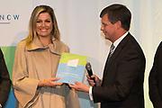 Koningin Maxima bij een seminar over duurzaamheid bij EY te Amsterdam. Tijdens dit evenement neemt zij de derde publicatie van de Dutch Sustainable Growth Coalition - DSGC in ontvangst<br /> <br /> Queen Maxima at a seminar on sustainability at EY Amsterdam. During this event she receives the third publication of the Dutch Sustainable Growth Coalition - DSGC<br /> <br /> Op de foto / On the photo: <br /> <br />  koning Maxima neemt de publicatie in ontvangst van Jan Peter Balkenende / King Maximareceives the publication of Jan Peter Balkenende