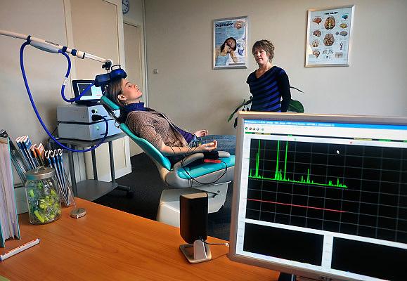 Nederland, Nijmegen, 4-12-2008Transcraniële magnetische stimulatie, TMS, is mogelijk een behandelmethode voor depressie, epilepsie, Parkinson en de spierziekte ALS. Therapie met TMS is volgens de Gezondheidsraad een interessant alternatief voor antidepressiva. het wordt toegepast in het bedrijf Brainclinics.Foto: Flip Franssen
