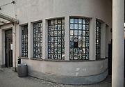 """Kraków, 2018-09-06. Fotografie ocalonych. Fabryka """"Emalia"""" Oskara Schindlera – fabryka założona w 1937 jako miejsce produkcji wyrobów emaliowanych i blaszanych. Wydzierżawiona, a potem przejęta przez niemieckiego przedsiębiorcę Oskara Schindlera w 1939, Schindler zatrudniał w niej zagrożonych eksterminacją Żydów. Aktualnie w dawnym budynku administracyjnym Fabryki Emalia Oskara Schindlera przy ul. Lipowej 4 mieści się wystawa """"Kraków – czas okupacji 1939–1945"""" dokumentującej okres niemieckiej okupacji miasta w latach 1939-1945."""