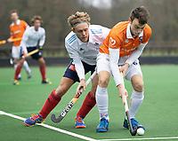 BLOEMENDAAL - Hockey.  Yannick van der Drift (Bldaal) met Tim Cross (Tilburg) Bloemendaal HI-Tilburg HI, oefenwedstrijd.    COPYRIGHT  KOEN SUYK