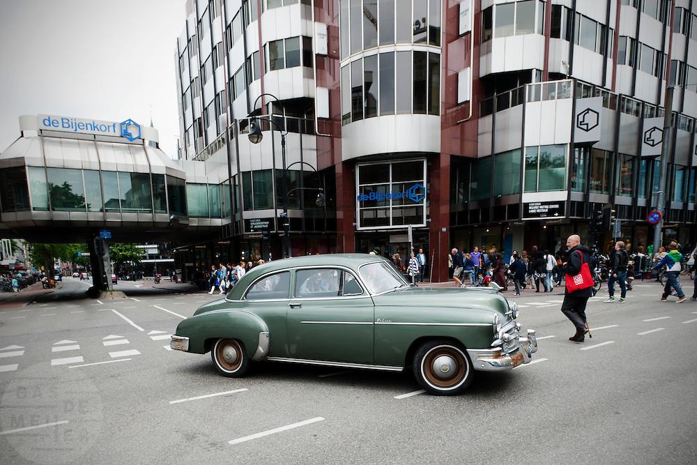 Een man rijdt in een klassieke auto door het centrum van Utrecht.<br /> <br /> A Cuban styled car is riding in Utrecht.
