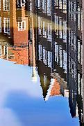 Nederland, Amsterdam, 16-5-2020 Straatbeeld . Gesloten kamers van prostituees op de wallen . De regering laat het normale dagelijks leven weer langzaam opstarten . Door de afwezigheid van toeristen is het ongewoon rustig op de wallen en de rest van de binnenstad van Amsterdam en is de stad te zien zoals jaren geleden was .  Typisch,amsterdams , oudezijds achterburgwal, Foto: Flip Franssen