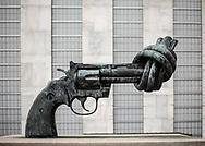NEW YORK  2020V10<br /> Skulpturen Non-Violence (Knot-Violence) utanför FN-byggnaden.<br /> <br /> Non-Violence sculpture outside the UN-building.<br /> <br /> Foto: Per Danielsson/Projekt.P