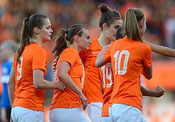 20-05-2015 NED: Nederland - Estland vrouwen, Rotterdam<br /> Oefeninterland Nederlands vrouwenelftal tegen Estland. Dit is een 'uitzwaaiwedstrijd'; het is de laatste wedstrijd die de Nederlandse vrouwen spelen in Nederland, voorafgaand aan het WK damesvoetbal 2015 / Jill Roord #10, Renate Jansen #18, Tessel Middag #6, Eshly Bakker #9