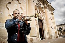 Un trombettista vicino la Chiesa del Collegio  in piazza Dante Aligheri a Galatina in provincia di Lecce. 25/03/2010 (PH Gabriele Spedicato)