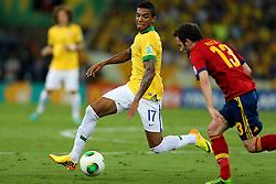 Luiz Gustavo disputa bola com Juan Mata na partida entre Brasil e Espanha válida pela final da Copa das Confederações 2013, no estádio Maracana, no Rio de Janeiro. FOTO: Jefferson Bernardes/Preview.com