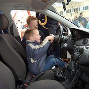 Open dag hulpverleningsdiensten, kinderen spelen in politieauto