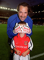 David Seaman with the Arsenal mascot. Arsenal 3:2 FC Shakhar Donetsk, UEFA Champions League, Group B, 20/9/2000. Credit: Colorsport / Stuart MacFarlane