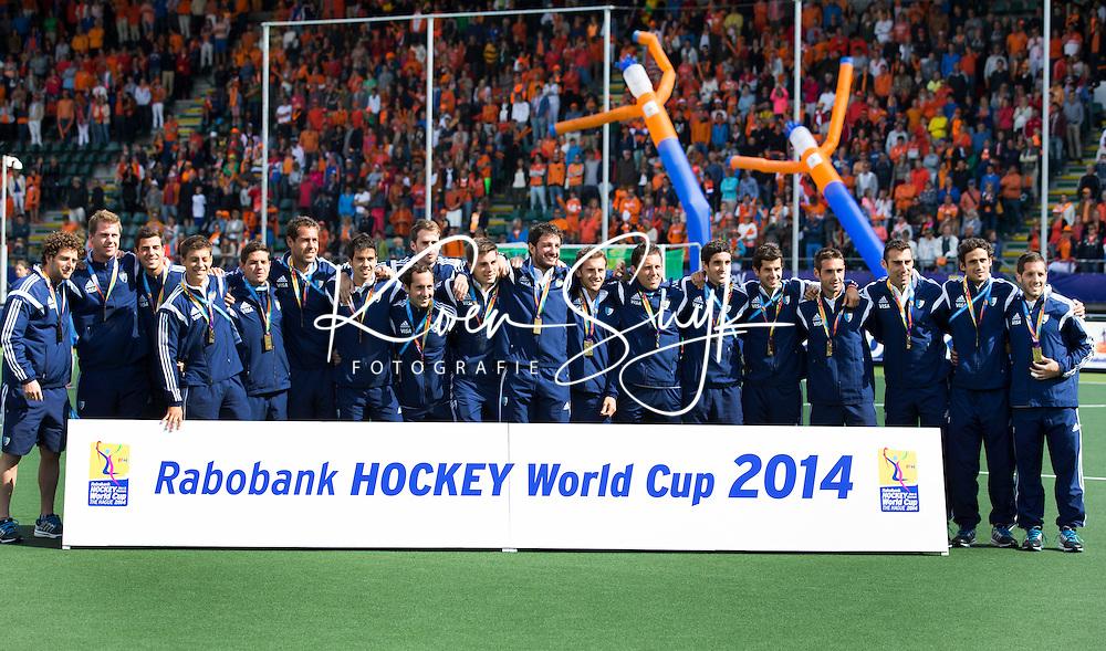 DEN HAAG - Het team van Argentinie dat als derde eindigde bij de mannen.  FOTO  KOEN SUYK