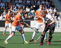 AMSTELVEEN  - Hockey -  1e wedstrijd halve finale Play Offs dames.  Amsterdam-Bloemendaal (5-5), Bl'daal wint na shoot outs.  Jamie Dwyer (Bldaal) met Teun Rohof (A'dam)  en Tim Swaen (Bldaal)    COPYRIGHT KOEN SUYK
