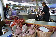 Duitsland, Kleef, 9-11-2008Drukke winkelstraat in het centrum van deze stad vlakbij Nijmegen. Het is koopzondag en veel nederlanders gaan hier inkopen doen. Er zijn verschillende kraampjes waar eten te koop is.Foto: Flip Franssen/Hollandse Hoogte