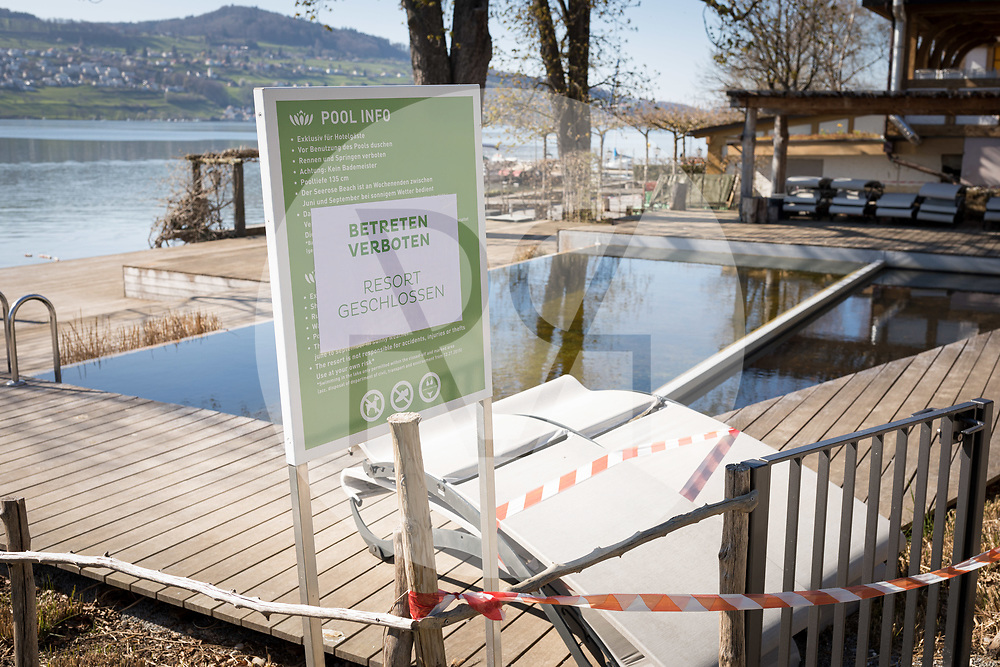 SCHWEIZ - MEISTERSCHWANDEN - Geschlossener Pool des Ressorts Seerose, da der Restaurantbetrieb während der Corona-Pandemie eingestellt wurde - 5. April 2020 © Raphael Hünerfauth - http://huenerfauth.ch