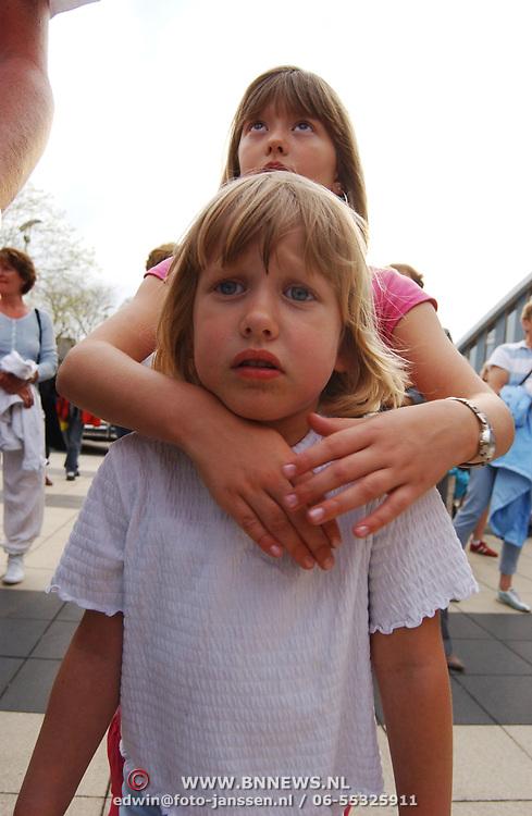Leerlingen Huizermaatschool Huizen en hoofdrolspelers musical Grease worden gebracht in Amerikaanse schoolbus, Diana en Linda Janssen
