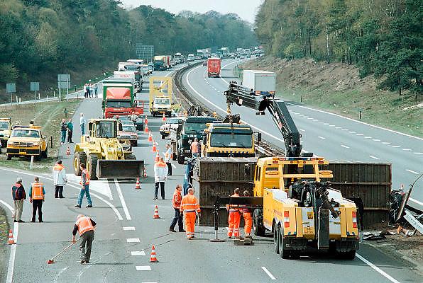 Nederland, A12, 15-6-1999Een gekantelde aanhanger veroorzaakt file op de snelweg A12 bij Arnhem. Ongeluk, veiligheid,hulpdienstFoto: Flip Franssen/Hollandse Hoogte